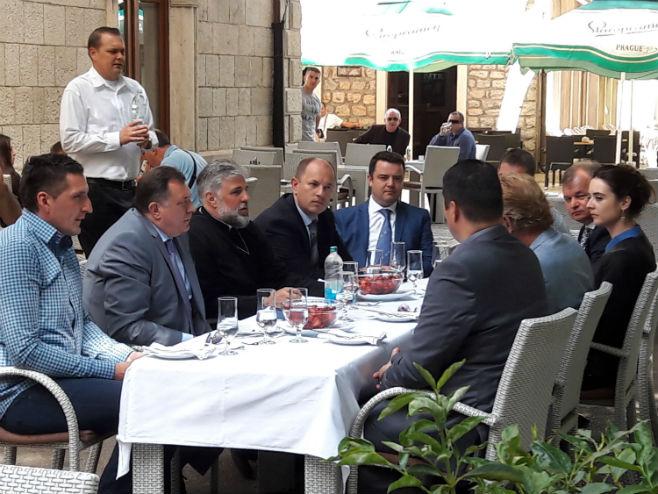 Dodik i Elek sa vladikom i Lukom u Trebinju.jpg